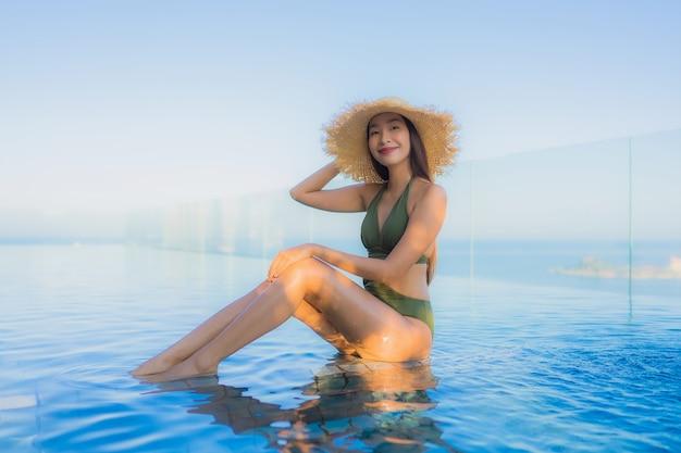 Mujer joven, en la piscina