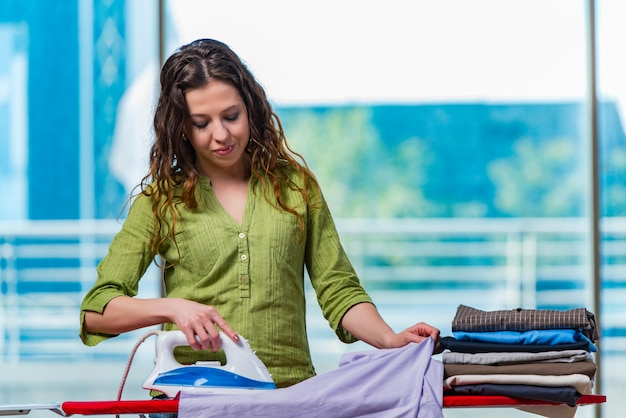 Mujer joven planchando ropa a bordo
