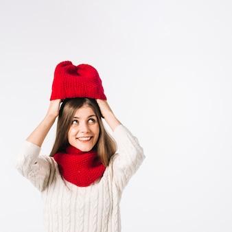 Mujer joven, poniendo, gorra, en