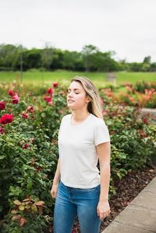 Mujer joven, posición, en, jardín de flores