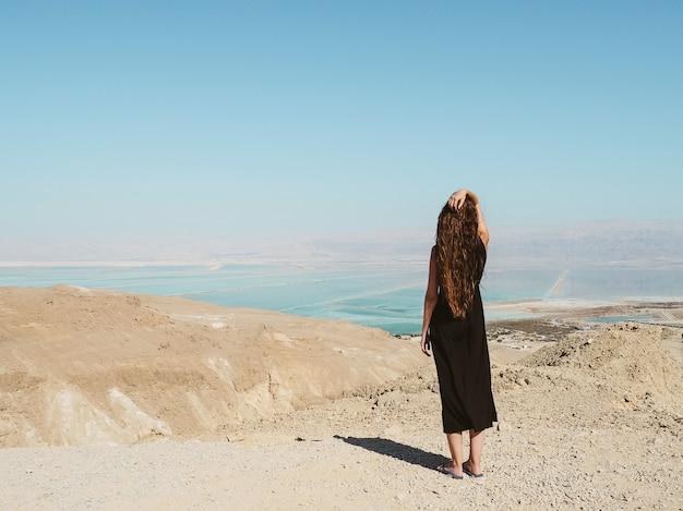 Mujer joven, posición, en, un, montaña