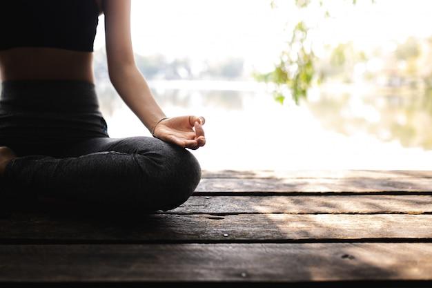 Mujer joven practicando yoga en la naturaleza felicidad femenina.