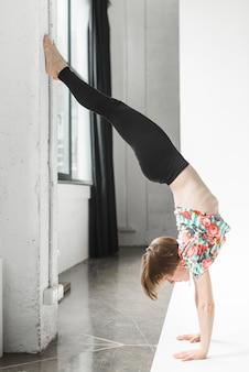 Mujer joven practicando yoga