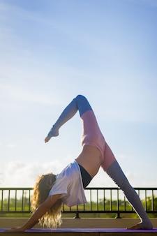 Mujer joven, practicar, yoga