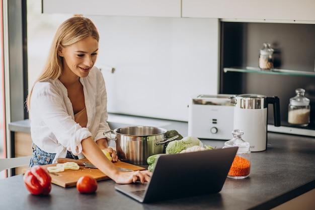 Mujer joven preparando comida en la cocina