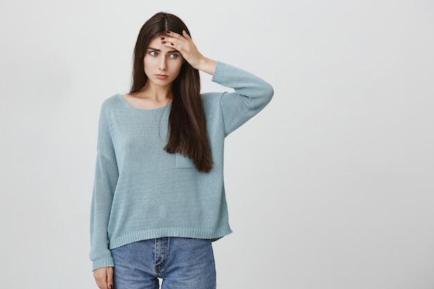 Mujer joven con problemas tocar la frente, tener fiebre