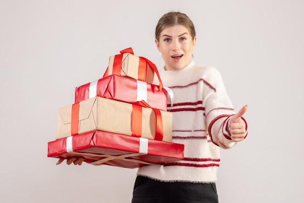 Mujer joven, proceso de llevar, navidad, regalos, blanco