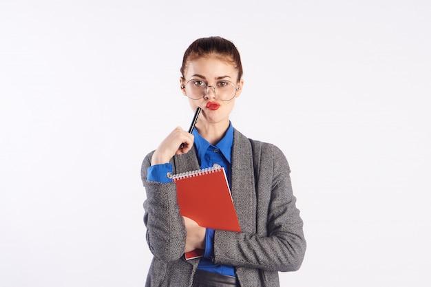 Mujer joven profesora estudiante empresaria con carpeta en manos en estudio