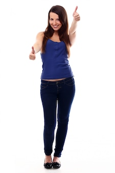 Mujer joven con los pulgares arriba
