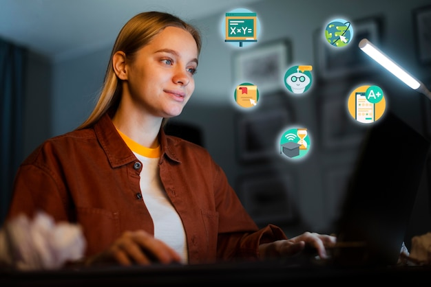 Mujer joven que aprende en su computadora portátil
