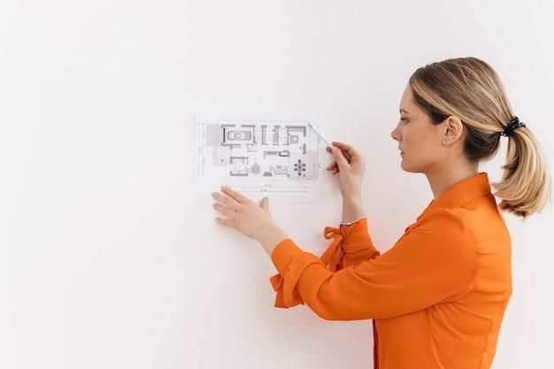 Mujer joven que da la presentación en el lugar de trabajo