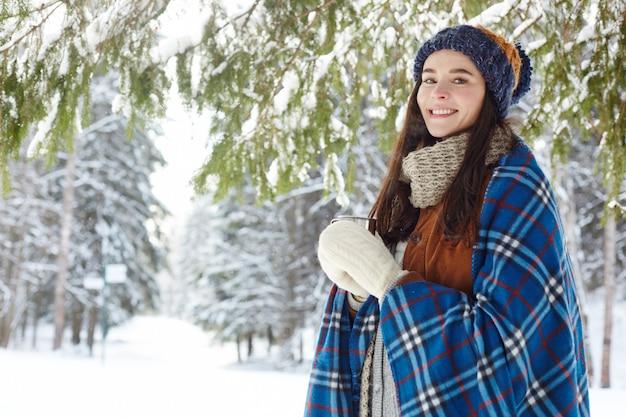 Mujer joven que disfruta del centro turístico de invierno