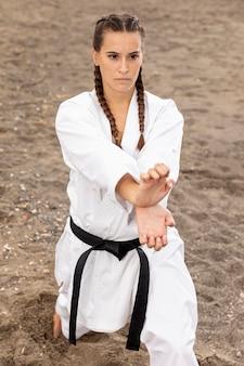 Mujer joven que entrena al arte marcial