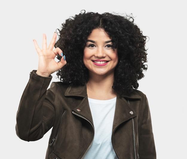 Mujer joven que hace gesto aceptable