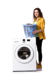 Mujer joven que hace la ropa sucia aislada en blanco