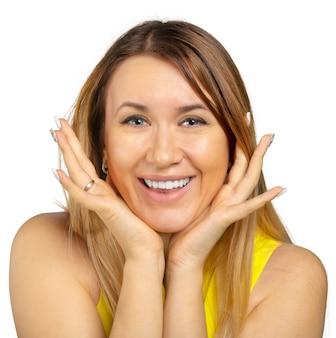 Mujer joven que muestra varias expresiones, aisladas sobre fondo blanco