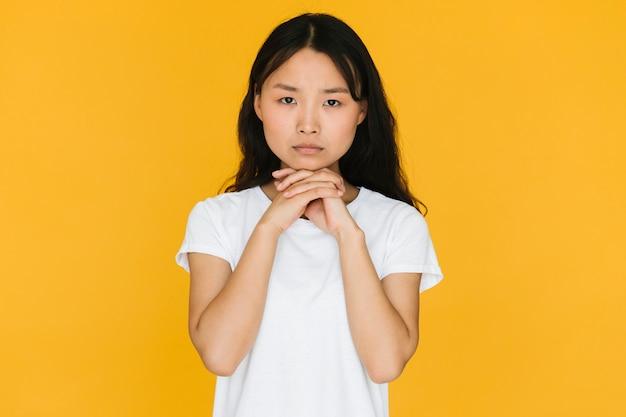 Mujer joven que parece preocupada