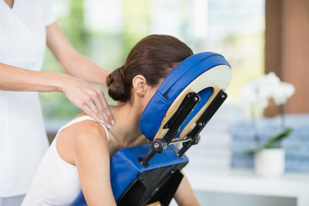 Mujer joven que recibe masaje de espalda