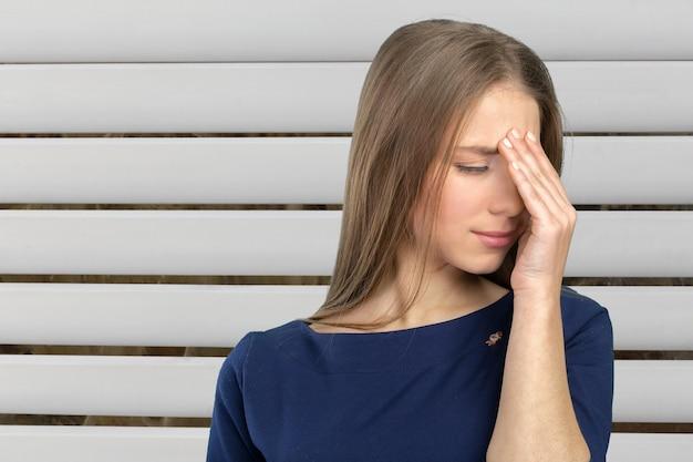 Mujer joven que se siente estresada