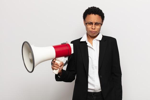 Mujer joven que se siente triste, molesta o enojada y mira hacia un lado con una actitud negativa