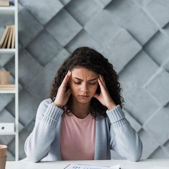 Mujer joven que sufre de dolor de cabeza