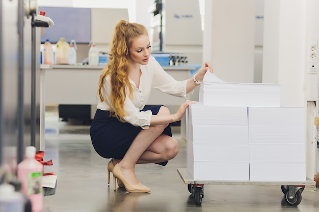 Mujer joven que trabaja en la imprenta. imprenta.