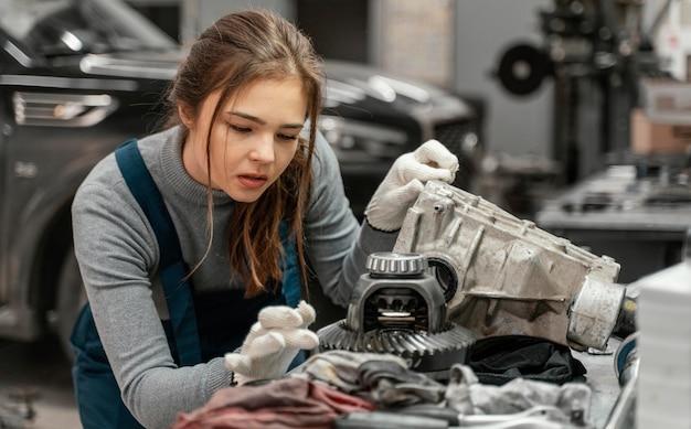 Mujer joven que trabaja en un servicio de coche