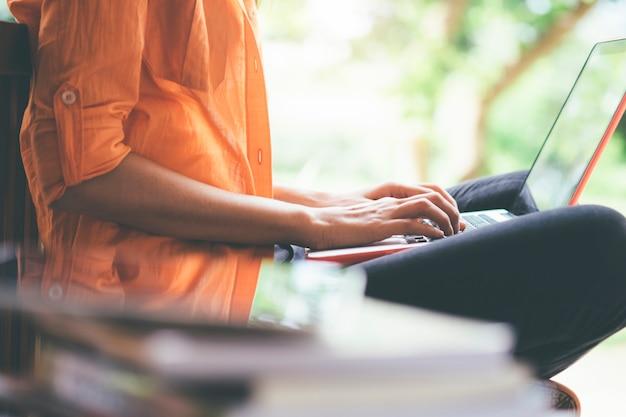 Mujer joven que usa la computadora.
