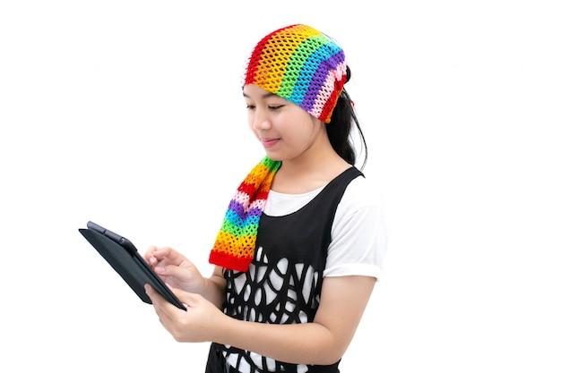 Mujer joven que usa una tableta, concepto del trabajo en casa.