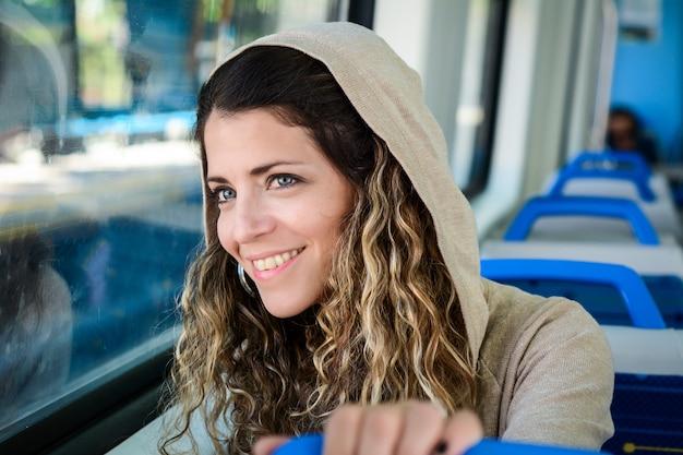 Mujer joven que viaja en tren