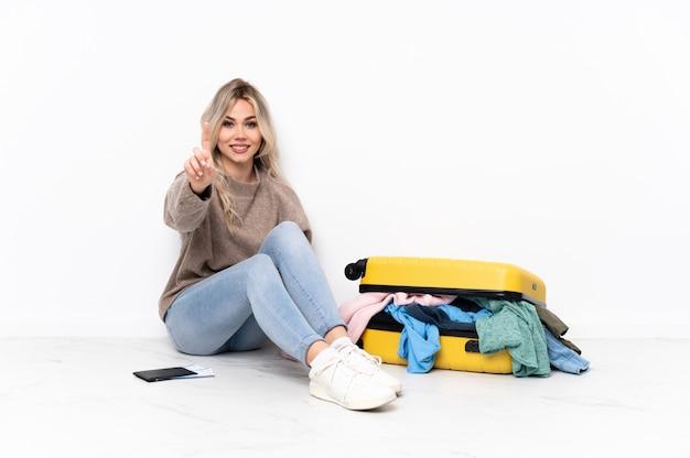 Mujer joven que va a viajar sobre una pared aislada