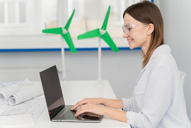 Mujer joven que viene con innovaciones energéticas