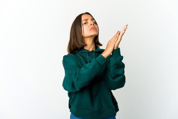 Mujer joven de raza mixta que se siente enérgica y cómoda, frotándose las manos con confianza.