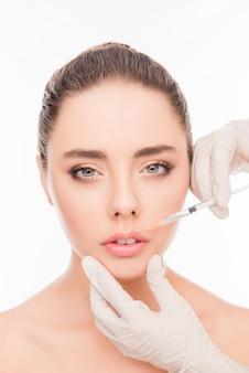 Mujer joven, recibiendo, cosmético, inyección, en, labios