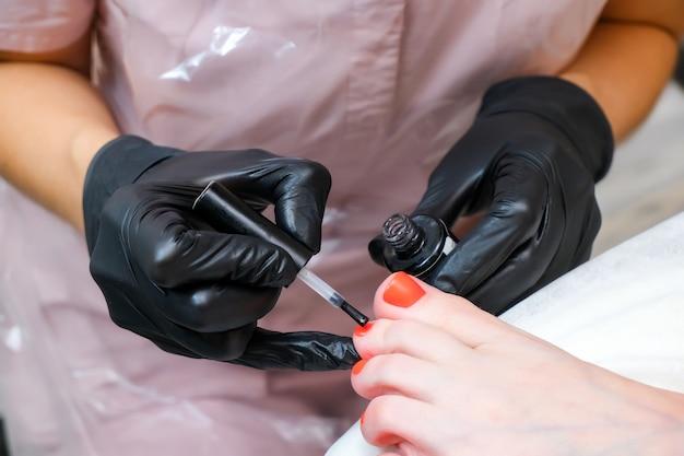 Mujer joven recibiendo pedicura profesional en un salón de belleza