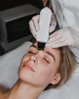 Mujer joven recibiendo un tratamiento de belleza en el spa