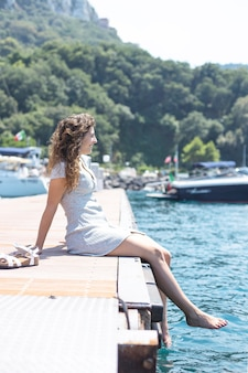 Mujer joven relajándose cerca del mar