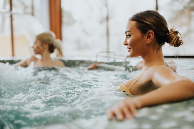 Mujer joven relajante en la bañera de hidromasaje