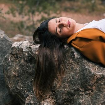 Mujer joven, relajante, en, roca