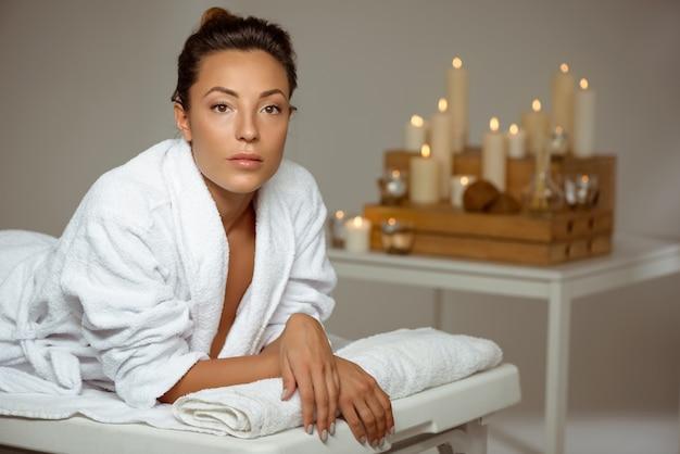 Mujer joven relajante en el salón de spa.