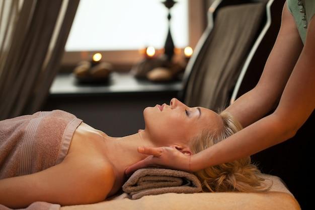 Mujer joven relajarse en spa de lujo