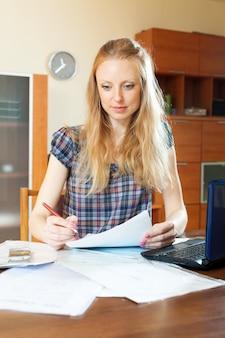 Mujer joven rellena el cuestionario
