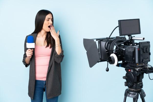 Mujer joven reportero sobre aislado