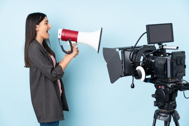 Mujer joven reportero sobre pared aislada