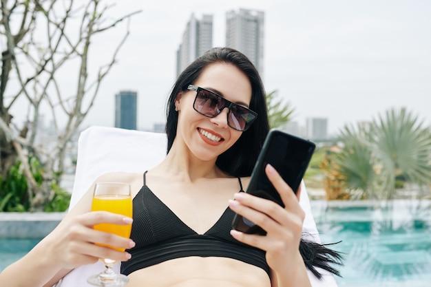 Mujer joven revisando las redes sociales