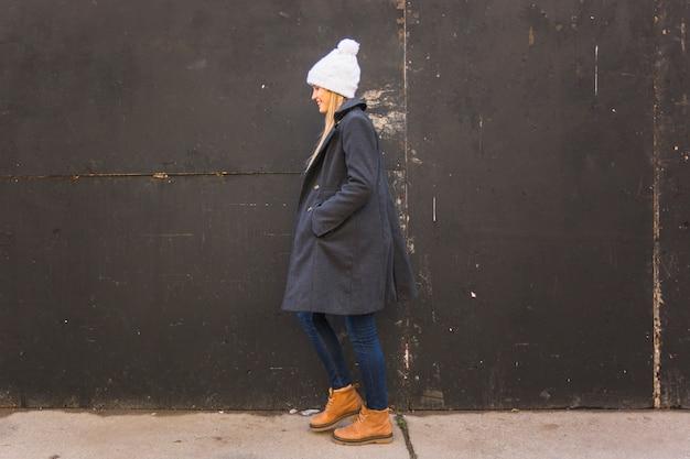 Mujer joven en ropa casual caminando hacia adelante