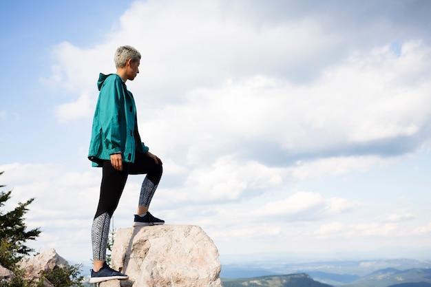 Mujer joven en ropa deportiva en la naturaleza