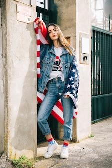 Mujer joven en ropa jeans