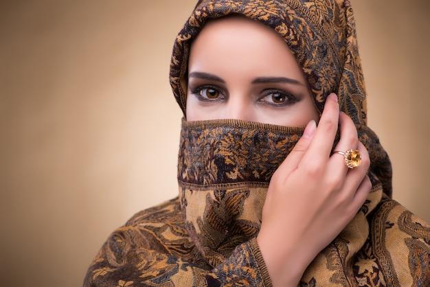Mujer joven en ropa musulmana tradicional
