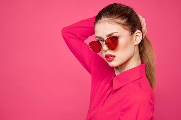 Mujer joven, en, rosa, ropa